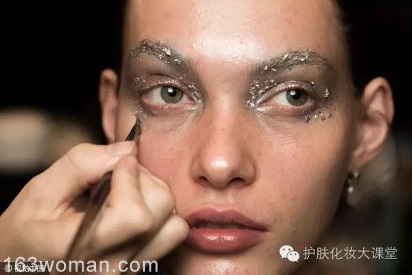 明年流行什么唇色不用愁 看看春夏时装周的模特妆容准没错